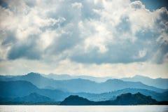 El océano y las montañas ajardinan en la mañana de niebla Fotos de archivo
