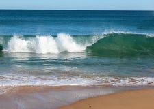 El Océano Índico agita el balanceo adentro en la playa prístina Australia occidental de Binningup en una mañana soleada en último  Foto de archivo