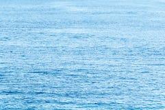 El océano tropical tranquilo estira al fondo del horizonte Imagen de archivo libre de regalías