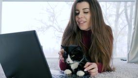 El ocio de la mujer sola con la bestia casera pasa tiempo en Internet usando el ordenador portátil metrajes