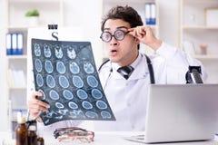 El oculista divertido en concepto médico chistoso imagenes de archivo