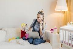 El ` ocupado t del doesn de la mamá tiene tiempo para su niño foto de archivo libre de regalías