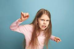 El odio Muchacha adolescente en un fondo azul Expresiones faciales y concepto de las emociones de la gente Imagen de archivo