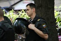 El oficial de policía cerca de un lugar de un contrario Fotos de archivo