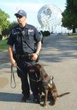 El oficial de policía de la oficina K-9 y K-9 del tránsito de NYPD persigue el abastecimiento de seguridad en el centro nacional  Foto de archivo libre de regalías