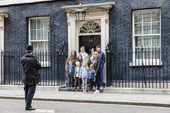 El oficial de policía metropolitano fotografió a un grupo de turistas Foto de archivo libre de regalías
