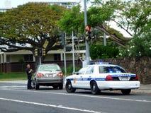 El oficial de policía del Departamento de Policía de Honolulu tira sobre el coche de SUV encendido Fotos de archivo