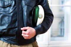 El oficial de policía en la estación o el departamento está listo Foto de archivo libre de regalías