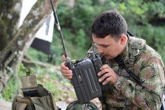 El oficial del Cuerpo del Marines anuncia en la radio imagen de archivo libre de regalías