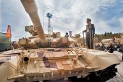 El oficial del ejército extranjero estudia el tanque T-72 Rusia Imagenes de archivo