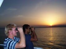 El oficial navegacional está mirando la periferia del ancladero con el aprendiz joven foto de archivo