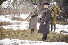 El oficial ruso examina el campo de batalla Fotografía de archivo