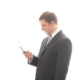El oficinista lee el sms-mensaje. imagen de archivo libre de regalías