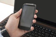 El oficinista muestra el teléfono móvil Fotos de archivo libres de regalías