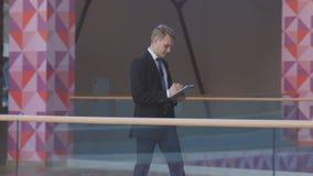 El oficinista pasa a través del pasillo Foto de archivo