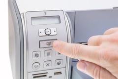 El oficinista presiona el botón la impresora Imágenes de archivo libres de regalías