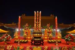 El ofrecimiento o la oblación sacrificatorio con el palillo y la vela de ídolo chino ruega para dios Fotografía de archivo