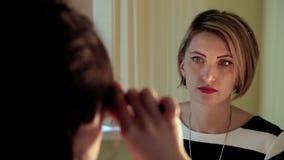 El oftalmólogo comprueba los ojos de la mujer Cierre para arriba almacen de metraje de vídeo