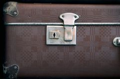 El ojo de la cerradura está en una maleta cerrada vieja Retro-estilo Fotos de archivo libres de regalías