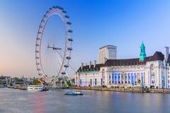 El ojo de Londres cerca del río Támesis en Londres Foto de archivo libre de regalías