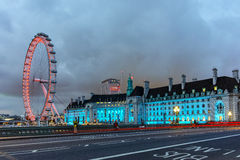 El ojo de Londres en la orilla sur del río Támesis en la noche en Londres, Gran Bretaña Fotografía de archivo libre de regalías