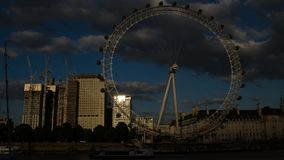 El ojo de Londres en la puesta del sol Lapso de tiempo 4K almacen de metraje de vídeo