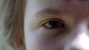El ojo del cierre de la chica joven para arriba, se divierte imagen de archivo