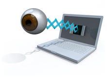 El ojo marrón humano sale la pantalla de un ordenador portátil Fotos de archivo libres de regalías