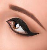 El ojo morado del encanto compone con la flecha ancha Imágenes de archivo libres de regalías