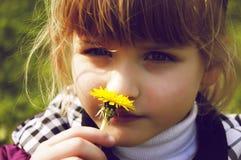 El oler atornillado-para arriba del primer de la muchacha Fotos de archivo libres de regalías