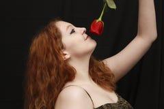 El oler de la mujer bastante joven subió Imagen de archivo