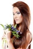 El olor adolescente hermoso de la muchacha y disfruta de la fragancia de la flor del snowdrop imagenes de archivo