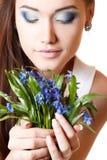 El olor adolescente hermoso de la muchacha y disfruta de la fragancia de la flor del snowdrop fotografía de archivo