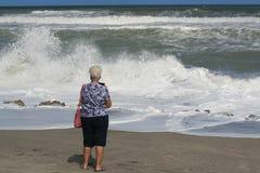 el ooking en las ondas del mar Imagen de archivo
