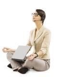 El operador de la ayuda se relaja con las auriculares del cuaderno, ISO de la mujer de negocios imagen de archivo