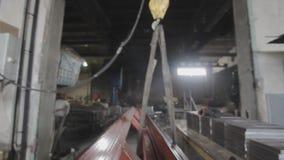 El operador de la honda trabaja en una fábrica metrajes