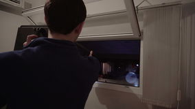El operador del proyector comprueba el punto del siguiente antes de estroboscópico del concierto almacen de metraje de vídeo