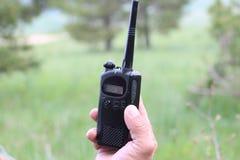 El operador en el lugar de trabajo asigna a trabajadores con walkie-TA imagen de archivo