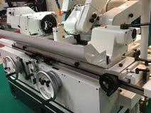 El operador hace piezas automotrices por el torno del CNC fotografía de archivo