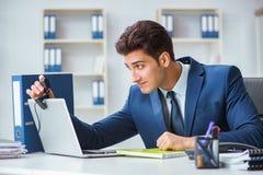 El operador joven del puesto de informaciones que trabaja en oficina Imagen de archivo