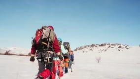 El operador quita a un grupo de escaladores desde detrás de los turistas que entran en el rastro la distancia En el fichero de metrajes