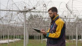 El operador supervisa el equipo de comunicación Telescopio de radio solar del arsenal almacen de video