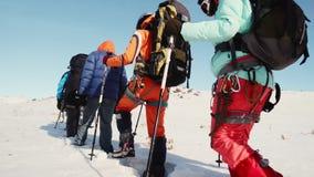 El operador toma un vídeo del primer piernas de los escaladores las ', que van adelante, y después aumenta gradualmente la cámara metrajes
