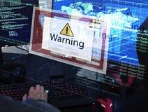 El ordenador con la advertencia surge la ventana de la muestra Imagen de archivo