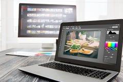 El ordenador de los fotógrafos con la foto corrige programas Imagen de archivo libre de regalías