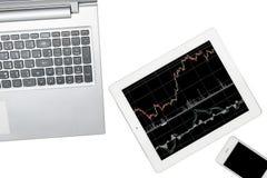 El ordenador, el smartphone y la tableta con el gráfico se aísla en transp Imágenes de archivo libres de regalías