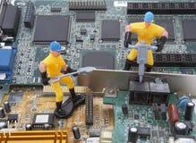 El ordenador parte al trabajador 3 de la reparación Imagen de archivo libre de regalías