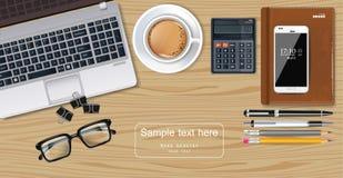 El ordenador portátil, el café, el smartphone y la pluma del escritorio de oficina Vector realista ilustración del vector
