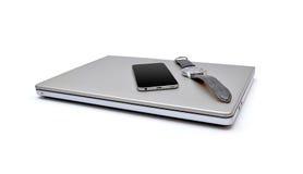 El ordenador portátil con smartphone y arrebata el fondo blanco aislado reloj Fotografía de archivo libre de regalías