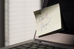 El ordenador portátil con el ` t de Don de la nota olvida Fotografía de archivo libre de regalías